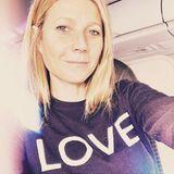 """Im """"Love""""-Sweatshirt wünscht Gwyneth Paltrow allen einen schönen Valentinstag."""