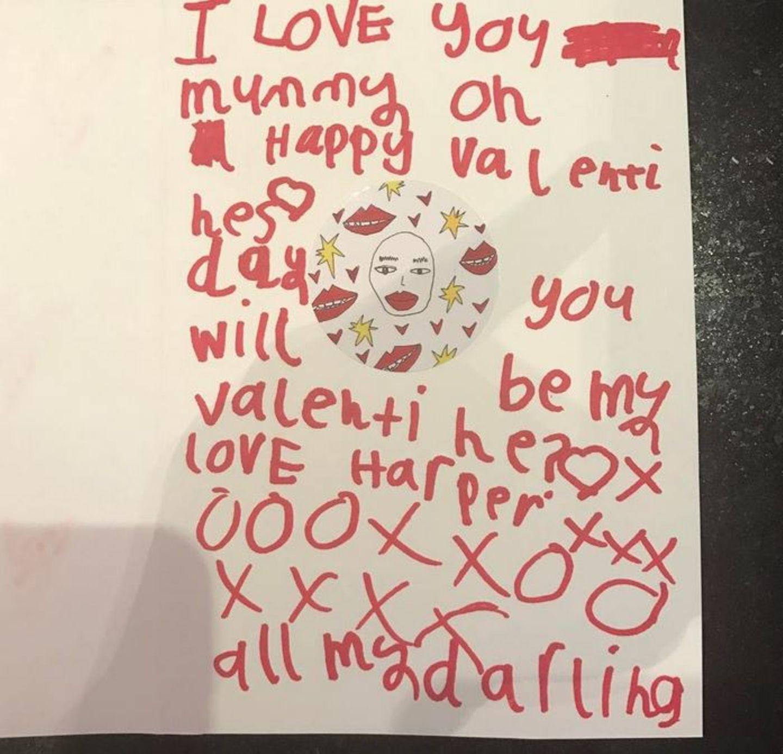 Wie süß: Victoria Beckham bekommt von Töchterchen Harper einen handgeschriebenen Liebesbrief.