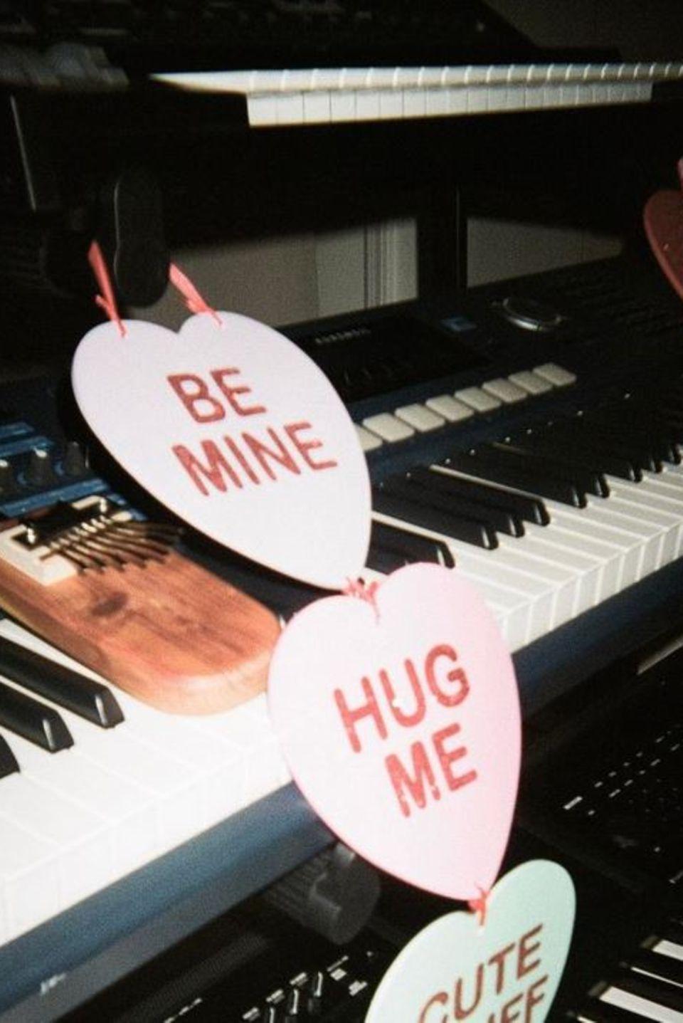 Ein bisschen Romantik: Sängerin Ariana Grande lässt sich bei der Arbeit inspirieren.