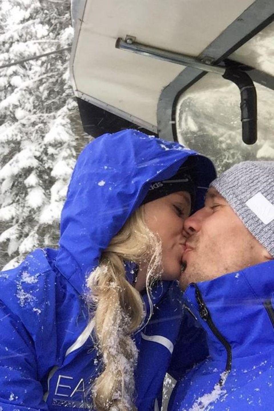 Lukas Podolski küsst seine Monika im Schneegestöber.