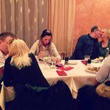"""Jenny Frankhauser beweist Humor: Zwischen drei knutschenden Paaren glotzt sie traurig auf ihren Teller. Dazu postet sie: """"Ich möchte nicht drüber reden."""" Ihre Schwester Daniela Katzenberger kommentierte den Post mit: """"Ronaldo, bitte melde Dich schnell bei ihr."""""""