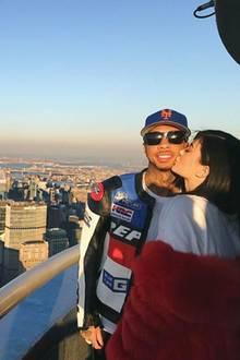 Kylie Jenner küsst ihren Freund Tyga und wünscht ihren Followern einen frohen Valentinstag.