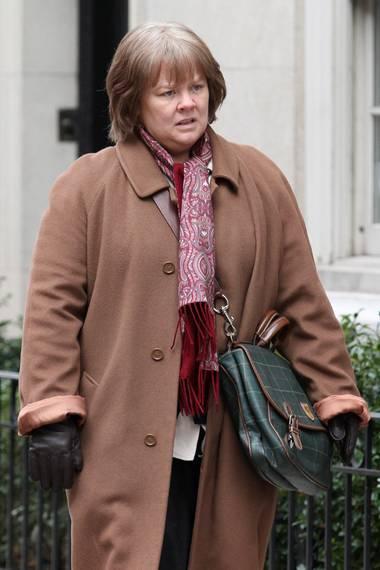"""Nein, Melissa McCarthy ist über Nacht nicht um einige Jahre gealtert. Hinter ihrem grauen Ansatz, dem müden Teint und ihrem Granny-Outfit steckt lediglich das Stylistenteam, das sie für den Dreh ihres neuesten Films """"Can you ever forgive me?"""" fertig gemacht hat."""