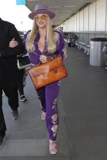 Cowgirl trifft auf Lehrerin: Davon abgesehen, dass Keshas Accessoire-Auswahl nicht zusammenpasst, ist ihr Outfit auch eher gewöhnungsbedürftig. Oder was meinen Sie?