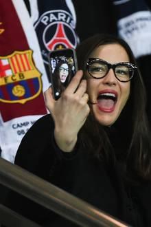 14. Februar 2017  Schauspielerin Liv Tyler amüsierte sich mit einer Runde Selfie-Action im Stadion beim Match zwischen Paris Saint-Germain und FC Barcelona.
