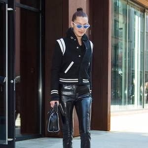 Nichts für Anfänger: Bela Hadid in einer engen Lederhose, die sie zu Boots und einem Teddyblouson von Saint Laurent trägt