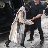 Kim Kardashian hatte so ihre Probleme nach Autoausstieg: Die Reality-Queen kippte vorn über, da ihre hohen Absätze im Schnee stecken blieben...
