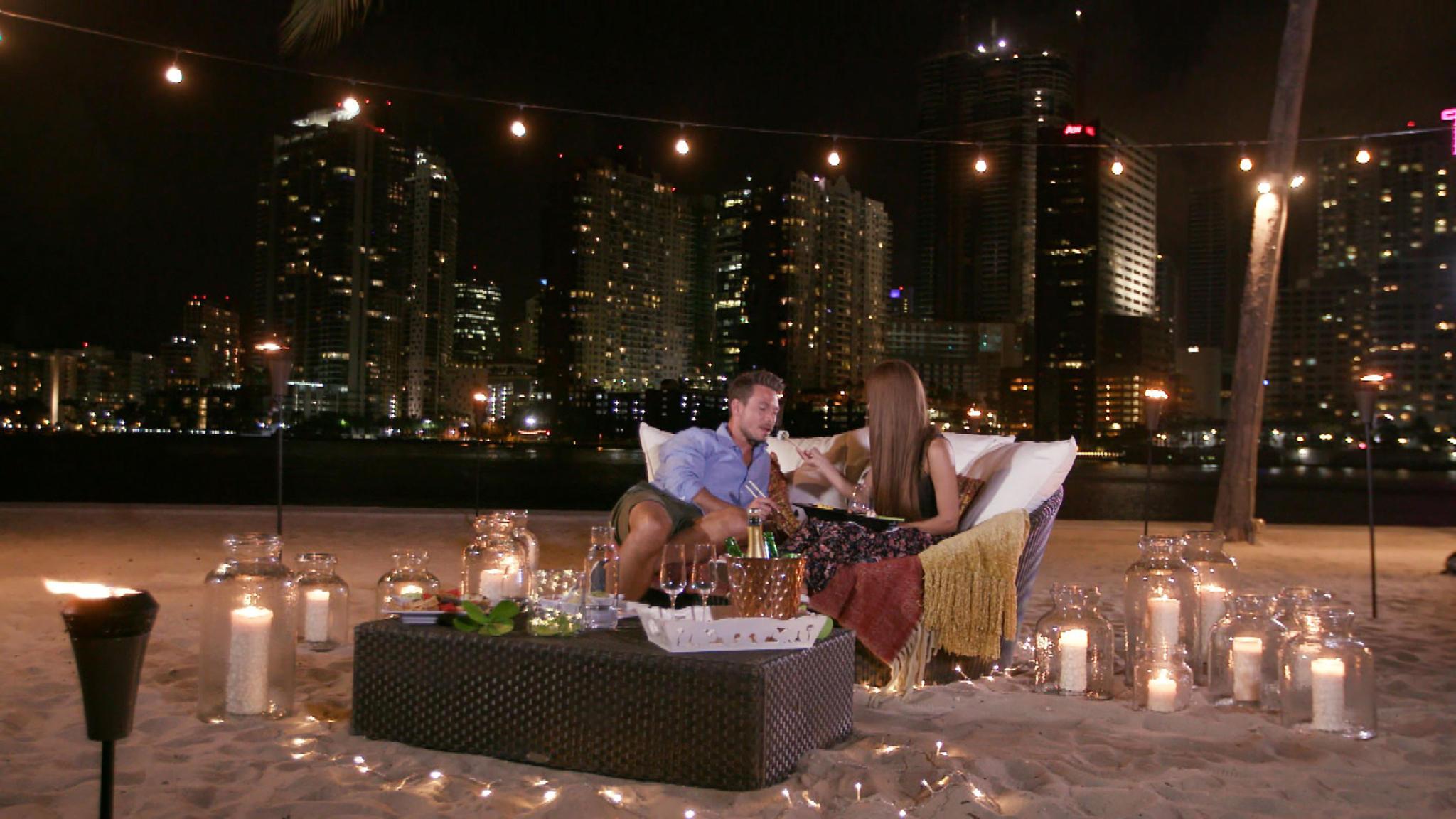 Sebastian und Kattia verbringen einen romantischen Abend miteinander.