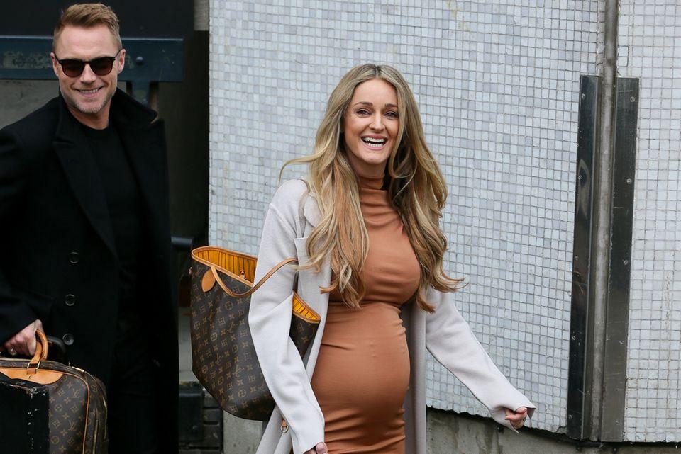 Anfang Februar verrät Storm in einer Fernsehshow, dass sie bereits im siebten Monat schwanger ist. Ihr Babybauch wirkt trotz engem Kleid noch recht klein.