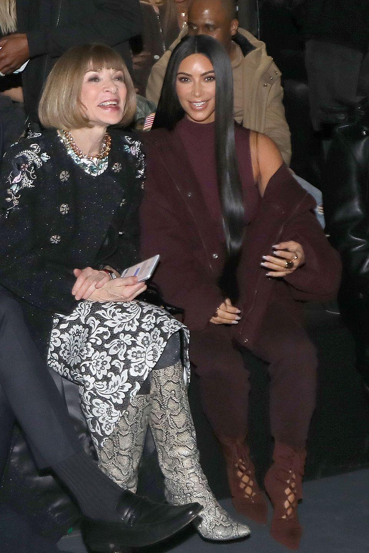 Anna Wintour und Kim Kardashian amüsierten sich in der ersten Reihe von Kanye Wests Fashionshow.