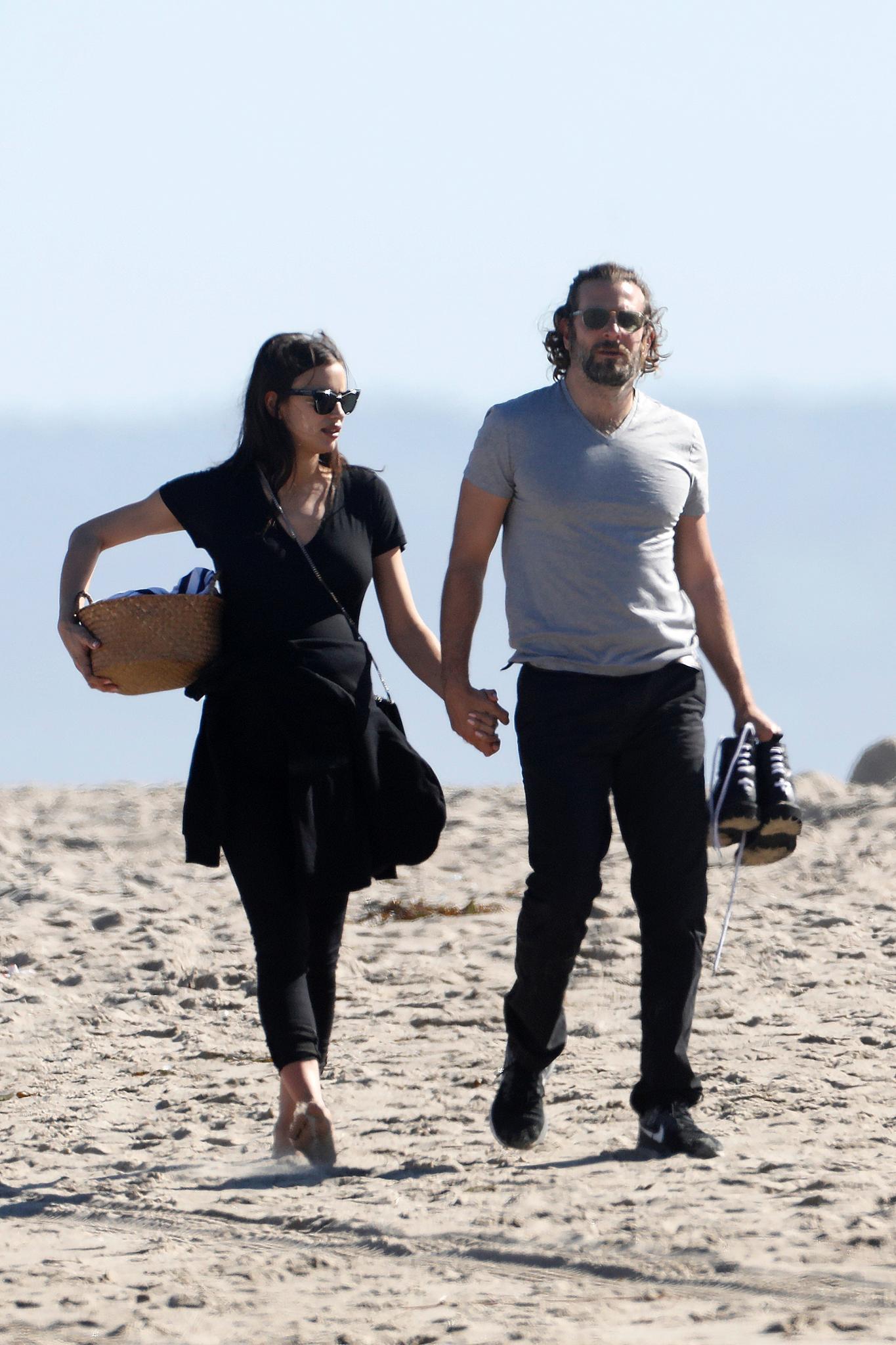 14. Februar 2017  Romantischer Spaziergang am Strand: Die schwangere Irina Shayk und ihr Freund Bradley Cooper Hand in Hand.