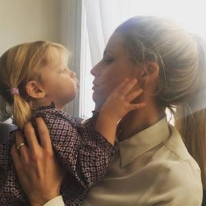 15. Februar 2017   Michelle Hunziker herzt ihre süße Tochter Celeste.