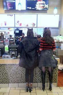 15. Februar 2017   Da staunten die Mitarbeiter des McDonald's-Restaurants nicht schlecht, als plötzlich diese zwei Supermodels vor dem Tresen standen...