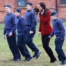 14. Februar 2017  Bei den Air Cadets wird nicht nur geflogen - auch beim Wetthüpfen muss Herzogin Catherine mitmachen.