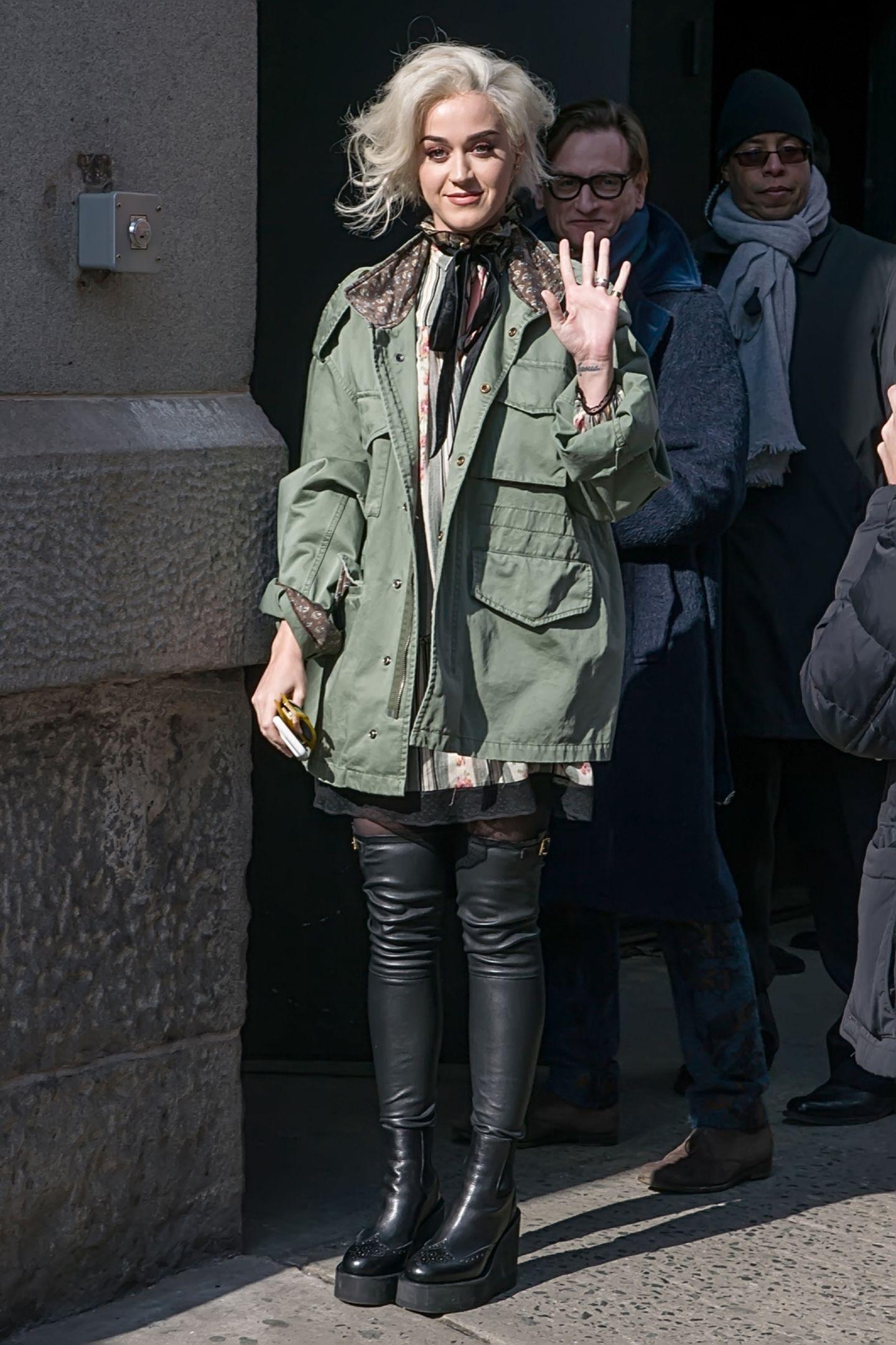 Neu-Blondine Katy Perry ist nur einer der Star-Gäste der Open-Air-Show von Marc Jacobs in der Park Avenue Armory in New Yorks Upper East Side.