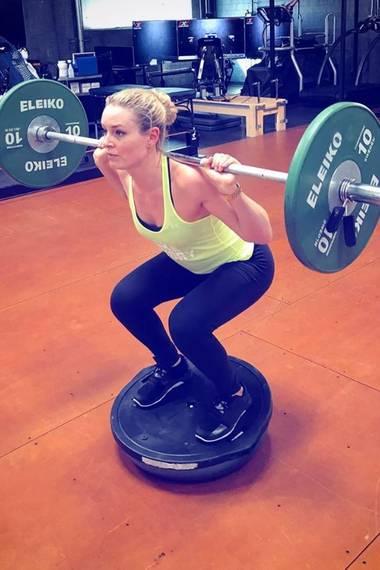16. Februar 2017   Das sieht aber schwierig aus: Skirennläuferin Lindsey Vonn trainiert Muskelkraft und Gleichgewichtssinn in einem.
