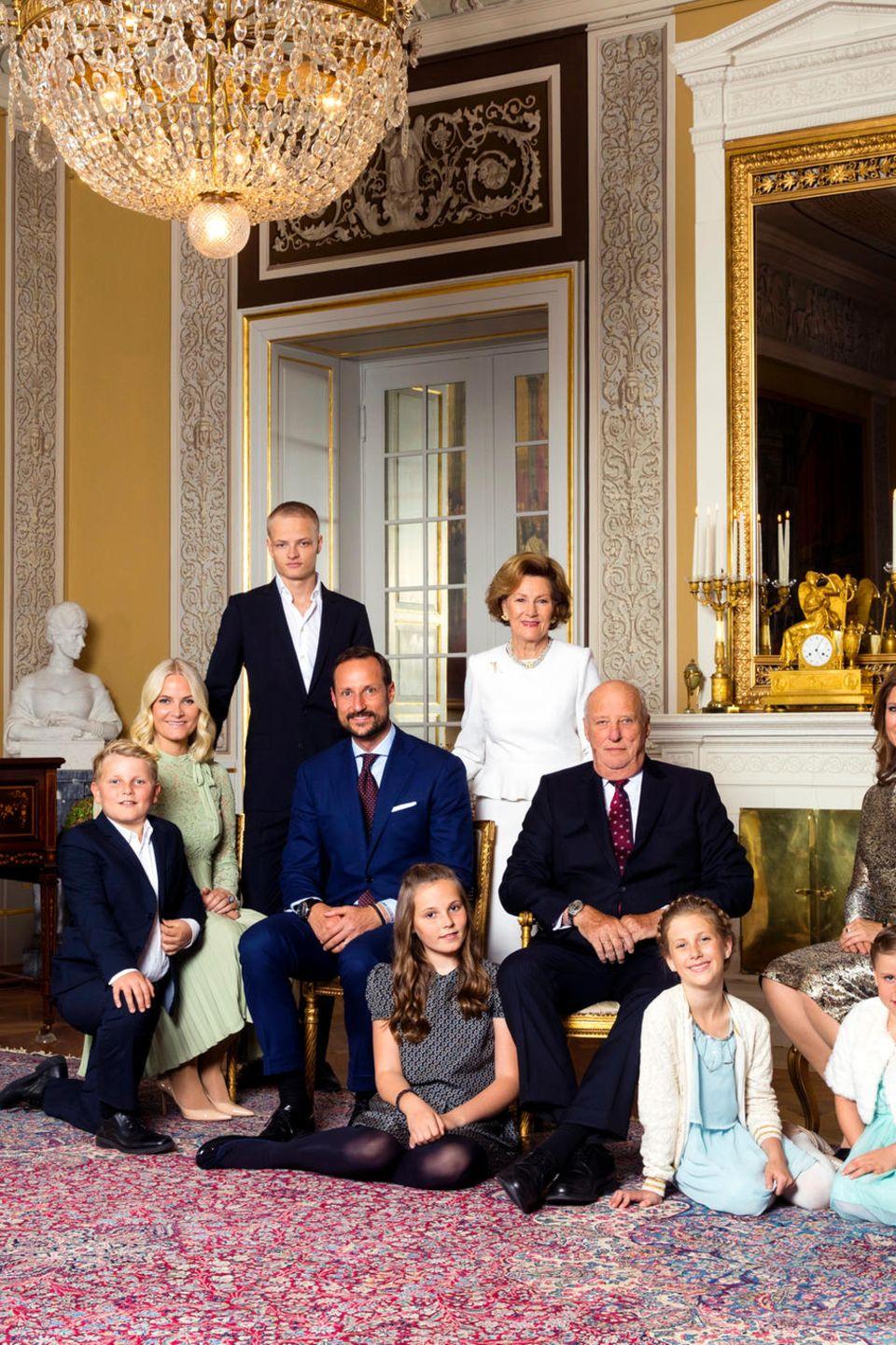 Die neuen Familienfotos wurden anlässlich der 80. Geburtstage von König Harald (21. Februar) und Königin Sonja(4. Juli) aufgenommen.