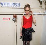 Friederike Kemtper ist mit rotem Top und schwarzem Lack-Rock ein Hingucker des Off-Berlinale-Events.