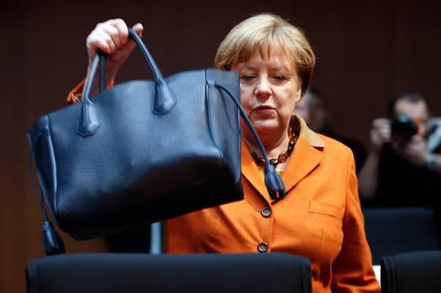 """Angela Merkel setzt seit Jahren auf die Handtaschen von Longchamp. Ihr neuester Leder-Begleiter: die """"Pénélope""""."""