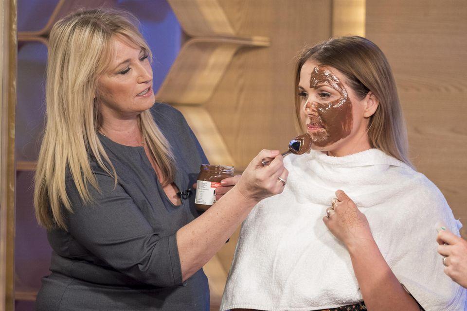 Deborah Mitchell benutzt ganz normale Haushaltswaren, damit ihre Klienten tolle Haut und den besonderen Glow bekommen.