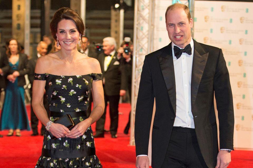 Händchen halten mit William? Nein, Kate hat ihre Tasche stets fest im Griff.