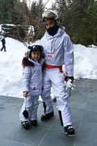 Sportlich, sportlich! Die Familie Beckham verbringt ihren Winterurlaub beim Ski- und Snowboardfahren in Kanada, und Mama Victoria und ihre süße Harper sehen dabei im weißen Partnerlook ziemlich stylisch aus.