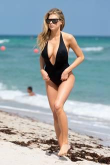 Die Beach-Schönheit ist Model und Schauspielerin Charlotte McKinney, die auch schon im Baywatch-Badeanzug eine gute Figur machte.