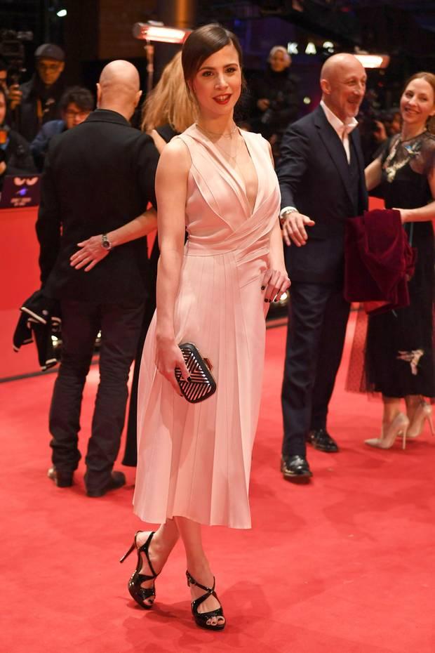 Aylin Tezel bezaubert in diesem frühlingshaften, roséfarbenen Kleid von Boss.