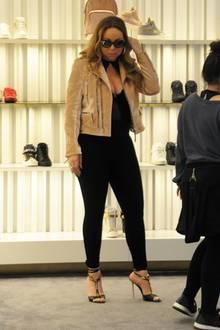 Welcher Schuh soll es denn werden Frau Carey? Mariah ist in Shopping-Laune und tauscht ein schreckliches Outfit gegen das nächste ein ...