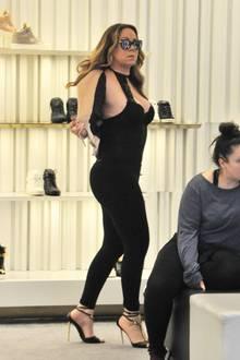 Beim Schuh-Shopping wird Mariah offensichtlich ganz schön heiß. Also erstmal die Jacke aus und Brüste raus.