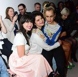 Kuschelstunde bei der Fashion-Show von Ashley Williams: Daisy Lowe, Pixie Geldof und Alice Dellal (v.l.)