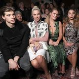 Illustre erste Reihe bei Julien Macdonald: Toby Huntington-Whiteley, Amber Le Bon, Lady Kitty Spencer, Ella Eyre, Eliza Cummings und Charlotte Wiggins (v.l.)