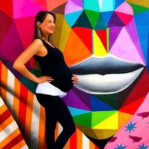 Alessandra Meyer-Wölden erwartet Zwillinge und ist inzwischen wirklich kugelrund. So langsam ist der Babybauch auch eine echte Last für sie. Dank Hilfsmitteln kommt sie aber zurecht.