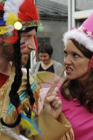 Marc (Maxim Mehmet) und Toni (Carolin Kebekus) in einem Sorgerechtsstreit der ungewöhnlichen Art.