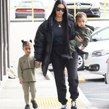 """In einem ungewohnt legeren Outfit verlässt Kim Kardashian mit ihren Kindern ein Restaurant in Los Angeles: Sie trägt eine dicke Daunenjacke, ein schlichtes Oberteil und eine weite Sweatpants mit Vans. Auf dem Arm trägt sie keine teure Designertasche, sondern Söhnchen Saint. """"Ich bin so froh, dass meine Kinder dieses neue 'ich' bekommen, und dass ich als diese neue Person meine Kinder erziehe. Ich bin einfach nicht mehr so wie früher."""""""