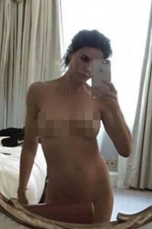 """Lisa Rinna postete dieses Nacktselfie auf ihrem Instagram-Account, löschte es wieder und postete es dann doch noch mal. Der Reality-Star aus Beverly Hills dachte sich: """"Es ist zurück. Ich bekam Angst, dann habe ich mir gesagt ich bin 53 - sch*** drauf! Der weibliche Körper ist wunderschön, jeder Größe, jedes Alters."""" Und sie hat Recht, der Körper der 53-Jährigen kann sich auf jeden Fall sehen lassen!"""