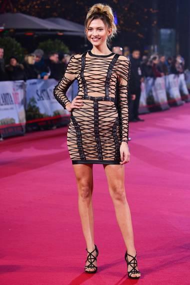 Fata Hasanovic  GNTM-Model Fata setzt von Kopf bis Fuß auf schwarze Riemchen.