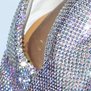 Ooops! Hotelerbin Paris Hilton zeigt unfreiwillig mehr Haut, als ihr lieb ist. Das tief augeschnittene Glitzerkleid offenbart bei genauerer Betrachtung eine ihrer Brustwarzen.