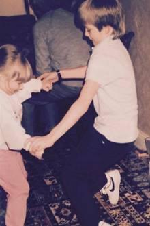 19. Februar 2017  David Beckham gartuliert mit diesem Throwback-Foto seiner kleinen Schwester. Darauf zu sehen sind der kleine David und seine Schwester beim ausgelassenen Tanzen.