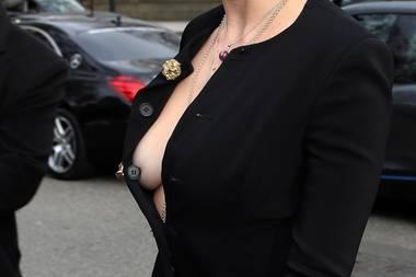 Ups! Hier zeigt Daisy Lowe wohl ein wenig mehr als gewollt. Ein Glück, dass der Knopf des Kleides noch das Wichtigste verdeckt.