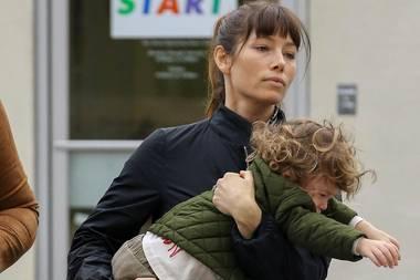 20. Februar 2017  Auch Stars haben mit kleinen Teufeln zu kämpfen. Sichtlich genervt trägt Jessica Biel den müden und kränklichen Silas ins Auto. Ihrem Sohnemann scheint das so gar nicht zu passen.