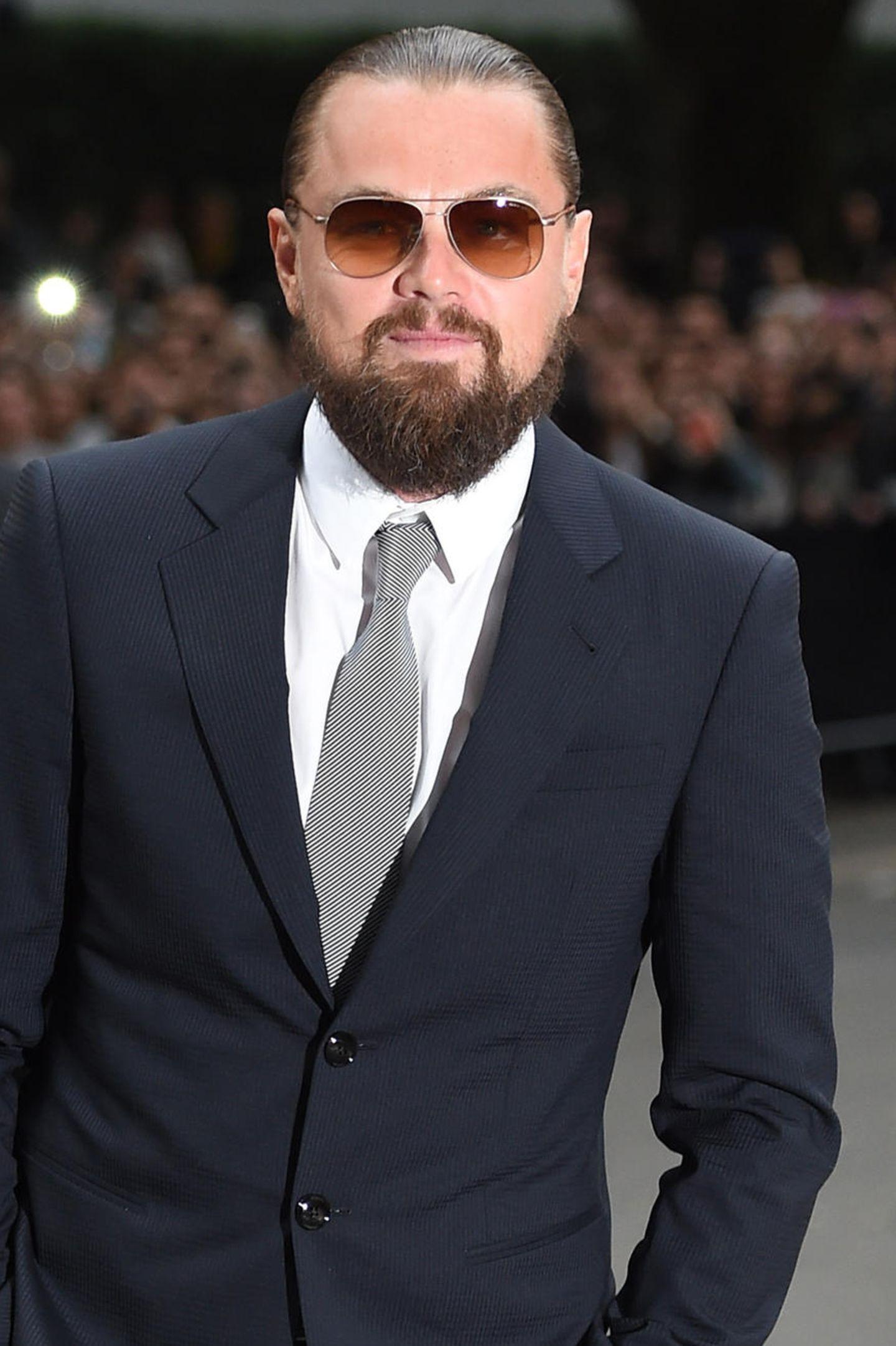 Ziemlich zottelig präsentiert sich Leonardo DiCaprio in den vergangenen Jahren. Da kann selbst der schicke Anzug nichts mehr retten. Viele weibliche Fanherzen? Gebrochen!