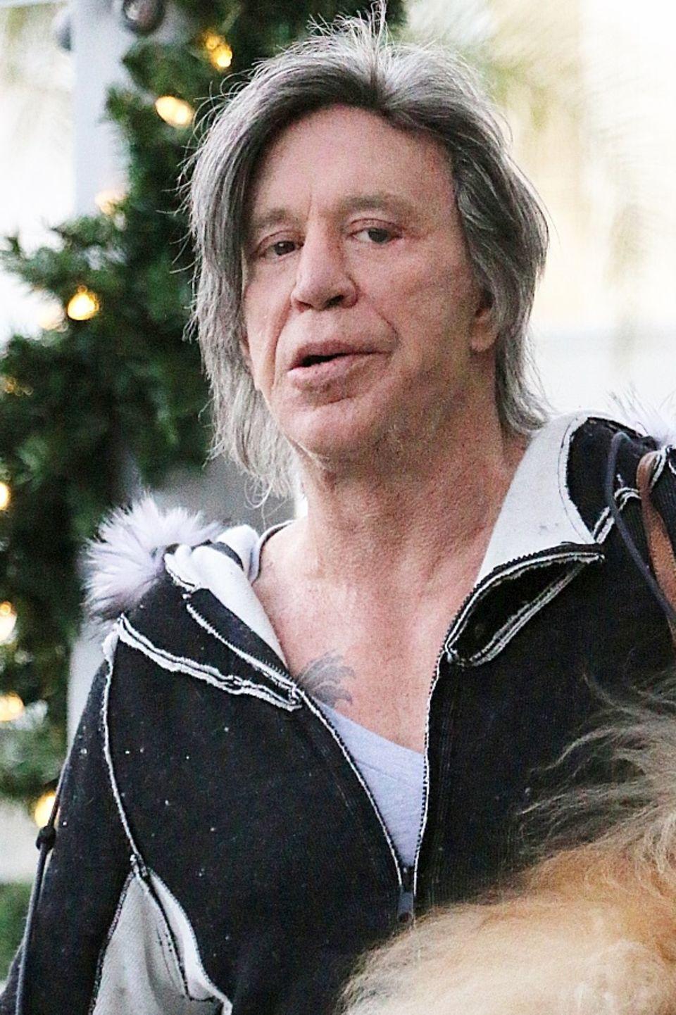 Einst Sexsymbol, heute nicht wieder zu erkennen: Mickey Rourke ist zu einem erschreckenden Beispiel für den Jugend- und Schönheitswahn der Traumfabrik geworden. Botox und Co. haben in seinem Gesicht deutlich unschöne Spuren hinterlassen.