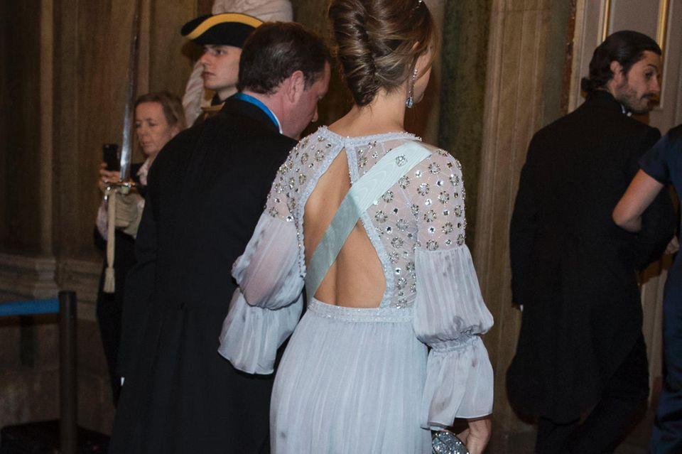Ein schöner Rücken kann auch entzücken: Prinzessin Madeleine trägt unter ihrer Robe von Temperley London ganz offensichtlich keinen BH.