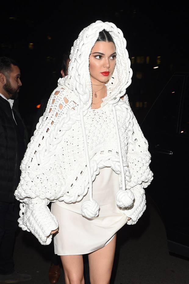 Supermodel Kendall Jenner im stylishen Strick-Kapuzencape sieht einer legendären Filmfigur verdächtig ähnlich...