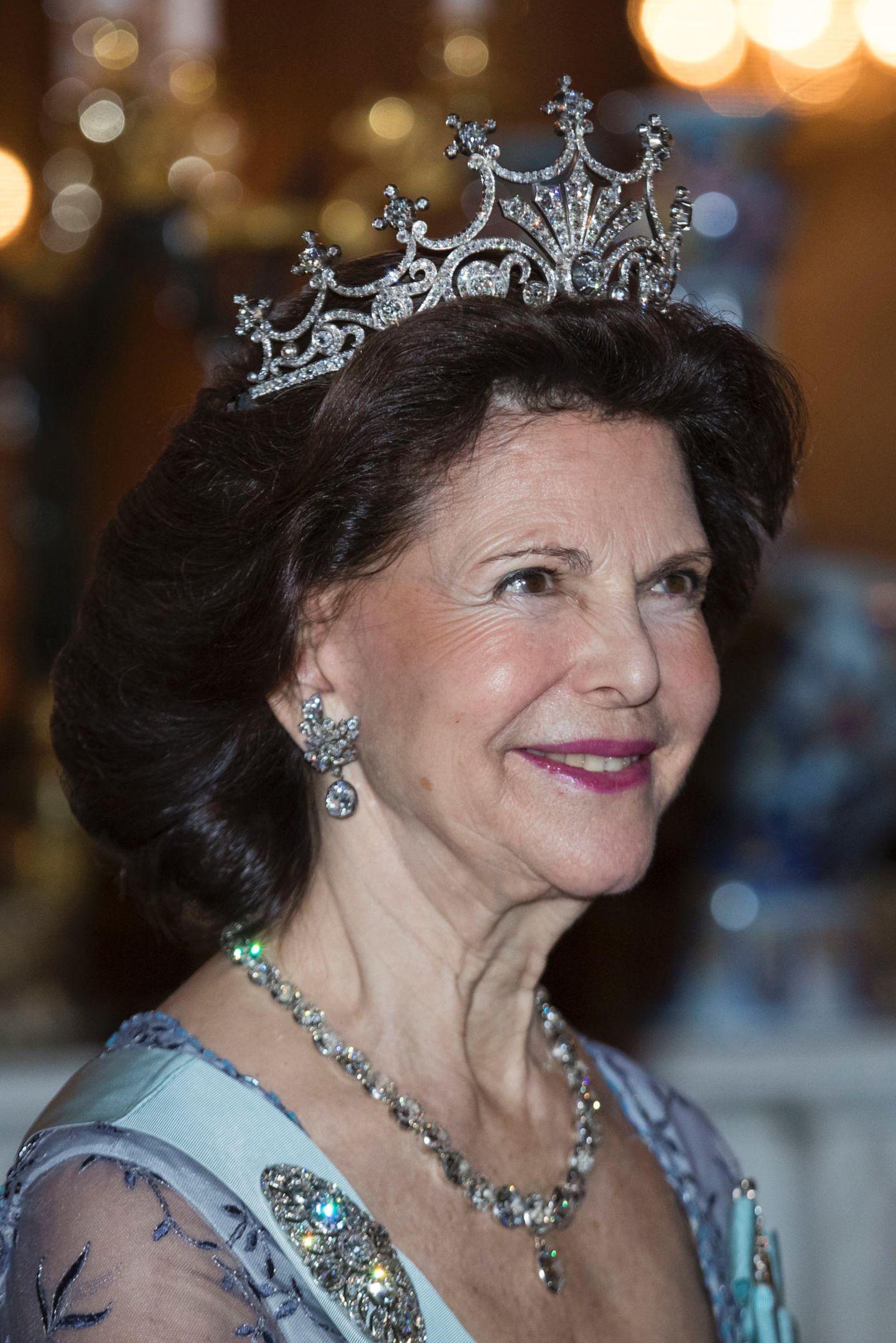 Königin Silvia hat sich, ebenso wie ihre Tochter Madeleine, für ein Diadem entscheiden, das man häufig bei ihr sieht. Mehr als 500 Diamanten bilden bei dem Schmuckstück neun Zacken, die wie Sonnenstrahlen wirken und eine beachtliche Höhe haben.