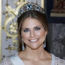 In Schweden empfängt man im Februar 2017 Staatsbesuch aus Canada und gibt ihm zu Ehren ein Bankett. Die königlichen Damen haben also wieder die Qual der Wahl und müssen sich für einen Hochkaräter entscheiden.  Prinzessin Madeleine kombniert die Aquamarin-Tiara mit langen Ohrringen.