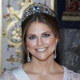 In Schweden empfängt man im Februar 2017 Staatsbesuch aus Canada und gibt ihm zu Ehren ein Bankett. Die königlichen Damen haben also wieder die Qual der Wahl und müssen sich für einen Hochkaräter entscheiden.  Prinzessin Madeleine kombiniert die Aquamarin-Tiara mit langen Ohrringen.