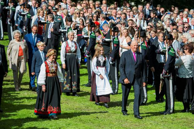 Volksnah und familienverbunden - so kennen und schätzen die Norweger ihren König Harald, der hier im September 2016 in Begleitung seiner Enkelin, Prinzessin Ingrid, von Prinzessin Mette-Marit, Königin Sonja, Prinz Sverre und Thronfolger Haakon seine Gäste im Park begrüßt.