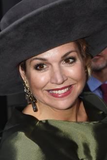 """Bei der Eröffnung einer Kunstausstellung in den Niederlanden trägt Königin Máxima die """"Gipsy""""-Ohrringe von Ole Lynggaard Copenhagen. Zu Máximas Look passen sie perfekt. Zum Preis von 11.150 Euro gibt es diese in verschiedenen Farben zu kaufen.Für das Geld könnte man auch das eine oder andere Kunstwerk kaufen."""